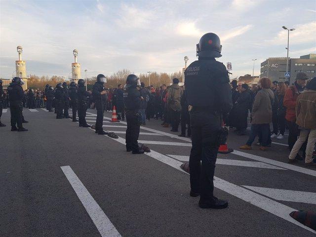 Manifestantes ante la estación de Sants convocados por CDR