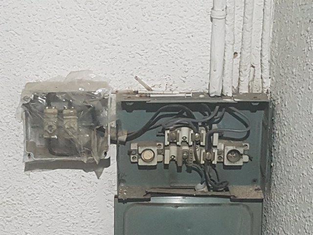 Jeringuillas sobre un contador de una finca donde hubo 'narcopisos' / ARCHIVO
