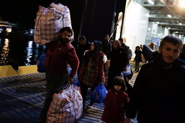 Migrantes trasladados de Lesbos al continente