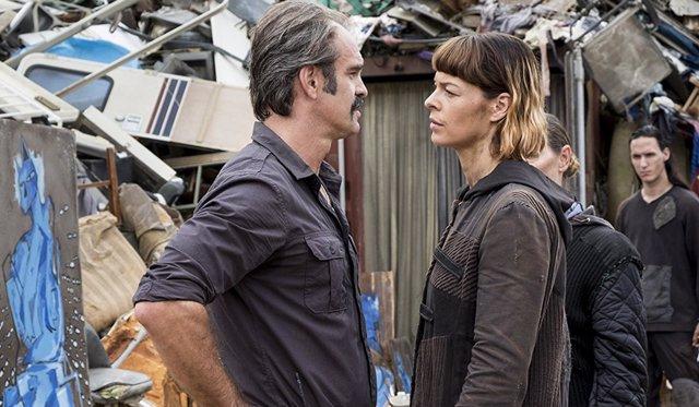 Steven Ogg y Pollyanna McIntosh en The Walking Dead