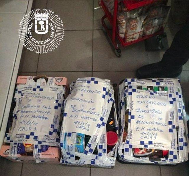 Productos caducados en una tienda de alimentación en Hortaleza (Madrid)