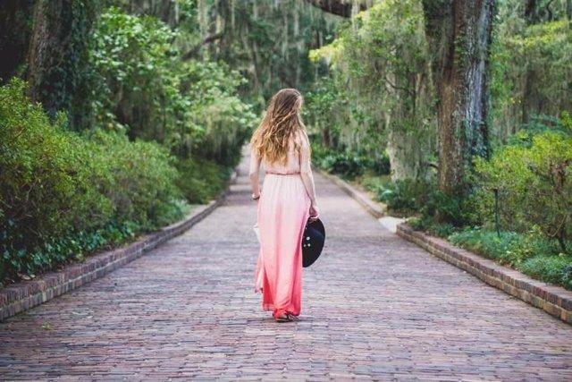 Chica paseando