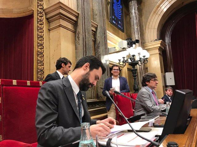 Mesa del Parlament durante el pleno