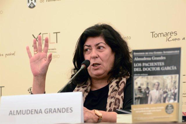 Archivo.- Almudena Grandes en la X Feria del Libro de Tomares