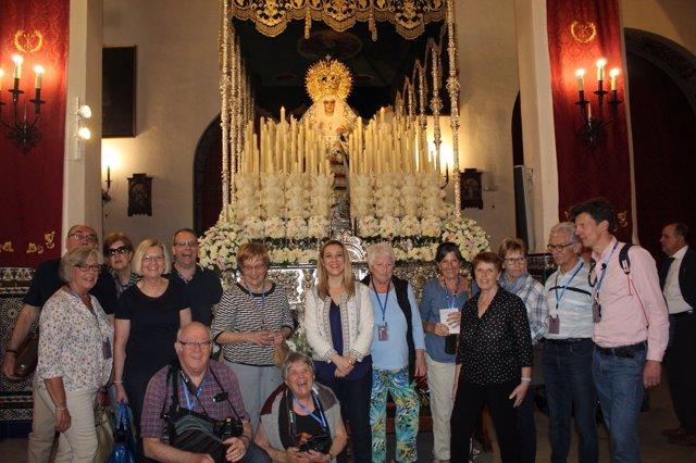 Turistas internacionales visitan la Semana Santa de Alcalá de Guadaíra