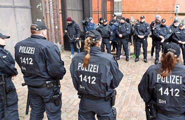 Policía alemana frente a la cárcel en la que se encuentra Puigdemont