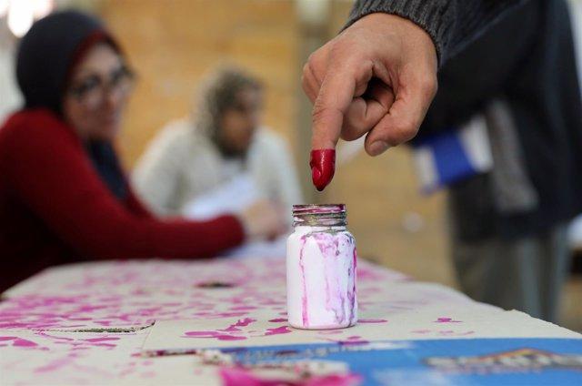 Foto de un votante en Egipto.