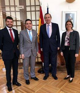 El presidente de Extenda, Gaspar Llanes, con el embajador de México