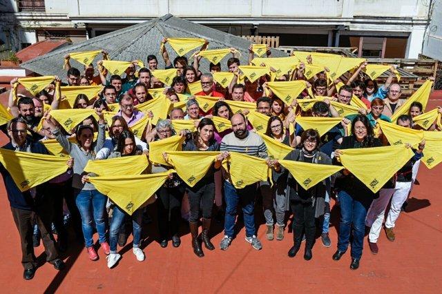 Òmnium Y Los Castellers Crean Un Pañuelo Amarillo De Apoyo A Los Presos