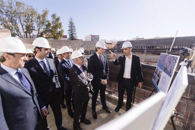 El ministro de Fomento, durante la visita a las obras del Hospital Provincial.