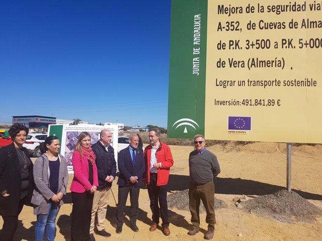 Felipe López dialoga con el alcalde de Vera en su visista al municipio