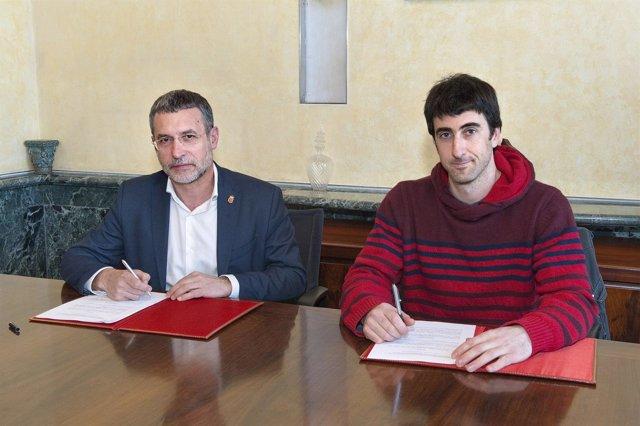 El vicepresidente Laparra y el alcalde de Bera, Josu Iratzoki