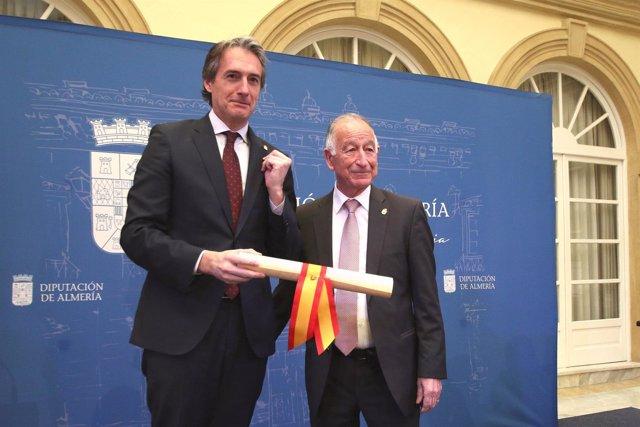 El ministro Íñigo de la Serna recibe de Amat el Escudo de Oro de Diputación.