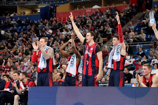 El Baskonia celebra un canasta en el Fernando Buesa Arena