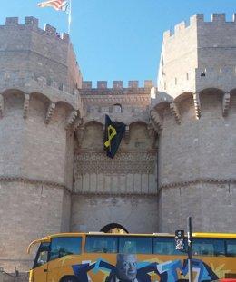 El lazo ha ondeado en la fachada principal de las Torres