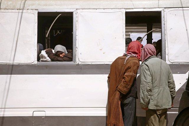 Un autobús con niños saliendo de Duma, en Ghuta Oriental