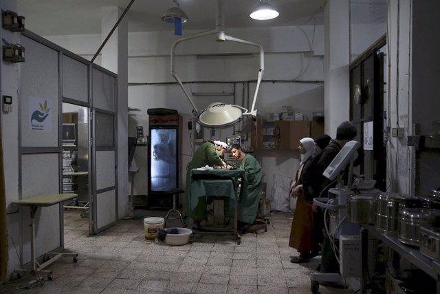 Médicos atienden a un paciente en un hospital de campaña en Duma / ARCHIVO
