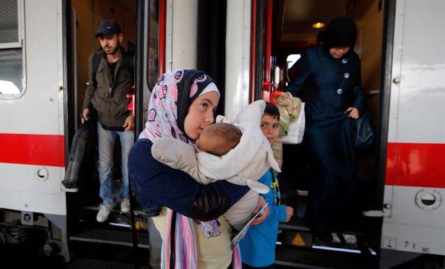 Inmigrantes sirios llegan a la estación de trenes de Berlín