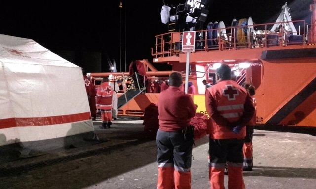 Cruz roja efectivos atienden inmigrantes inmigración pateras puerto salvamento