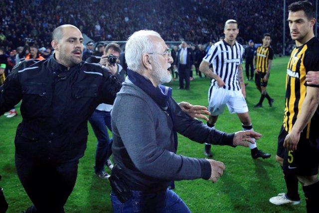 El presidente del PAOK, Ivan Savvides, con un arma en un partido