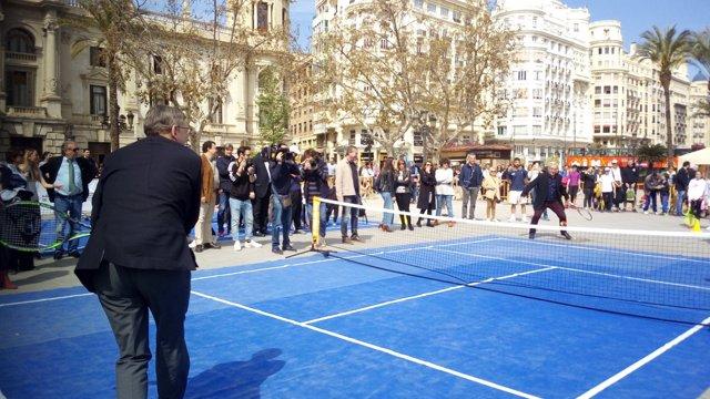 Puig y Ribó jugando al tenis en los actos previos de la Copa Davis en València