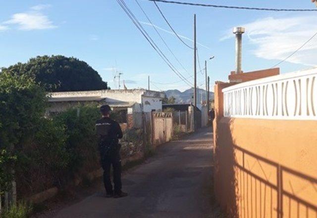 Un agente en los alrededores de la vivienda donde se produjo el suceso