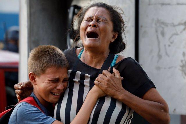 Familiares de los reclusos fallecidos en el incendio en una prisión en Venezulea