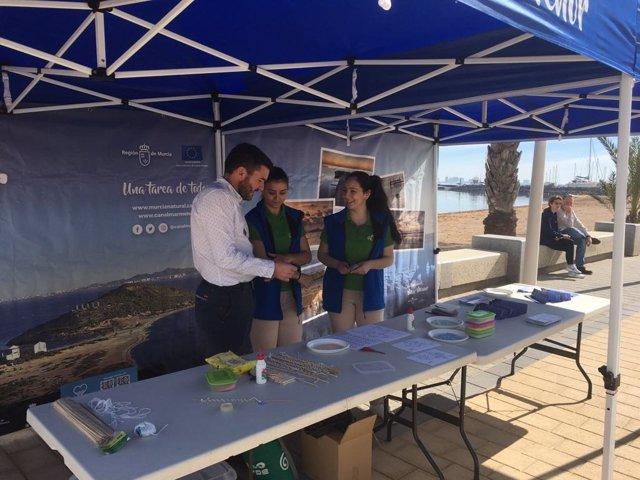 Luengo, en el puesto de información ambiental 'Naturalmente, Mar Menor'