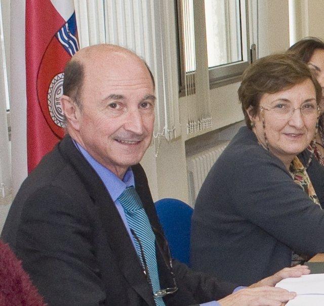 Joaquín Ruiz Sisniega junto a la consejera de Sanidad (archivo)