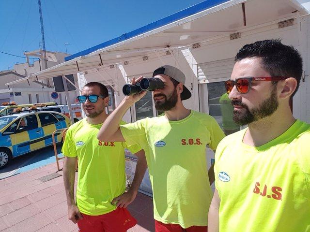 Los voluntarios de Protección Civil vigilan las playas en Los Alcázares
