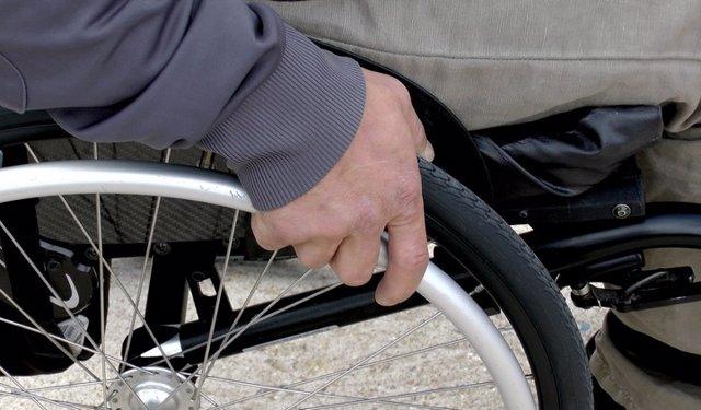 Silla de ruedas, señor mayor, discapacitado físico