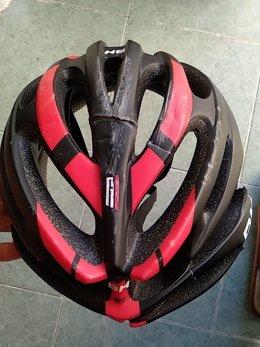 El ciclista Diego Rubio muestra su casco tras el accidente. 30-3-2018