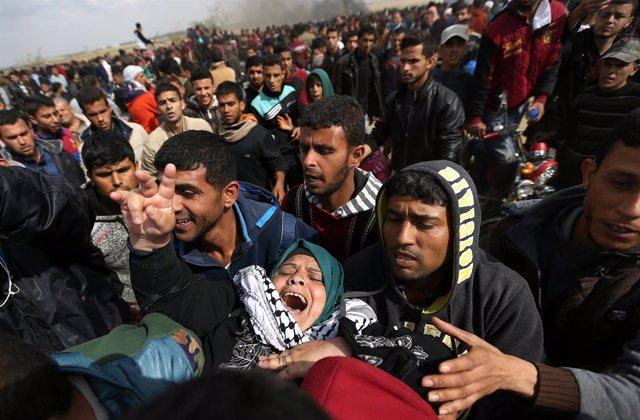 Mujer herida en los enfrentamientos entre manifestantes y soldados en Gaza