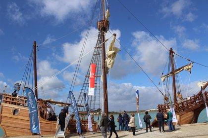 Autoridades acuden a las jornadas de puertas abiertas de la réplica de la Nao Santa María en Muelle de Levante en Huelva