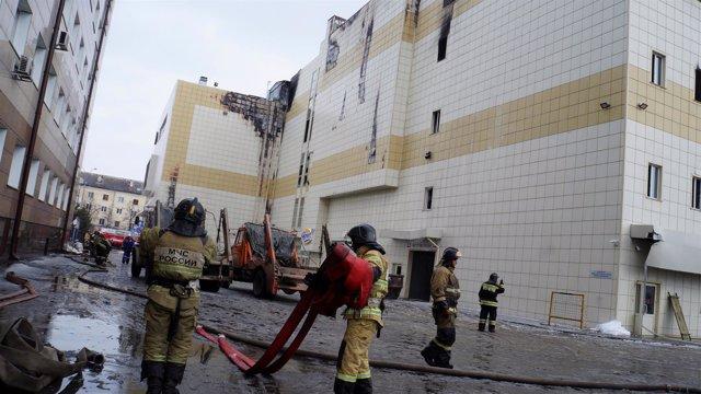 Servicios de emergencia rusos actúan durante un incendio en un centro comercial