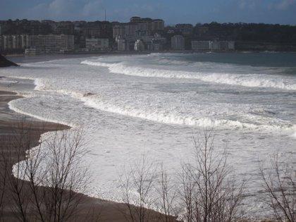Santander despliega el dispositivo preventivo por fuerte oleaje