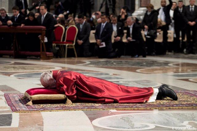 El Papa Francisco reza postrado sobre el pavimento de la Basílica de San Pedro