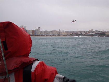 Suspenden hasta este sábado la búsqueda de la joven a la que arrastró el mar en A Coruña