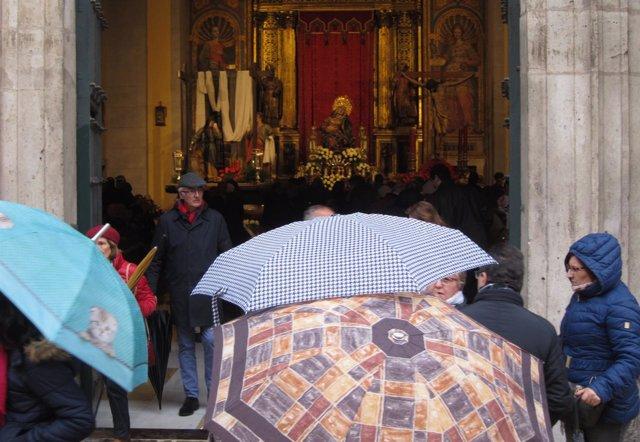 Paraguas ante la Iglesia de las Angustias, con la Virgen al Fondo. 30-3-2018