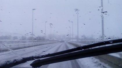 La nieve y el hielo obligan a usar cadenas en Brañavieja