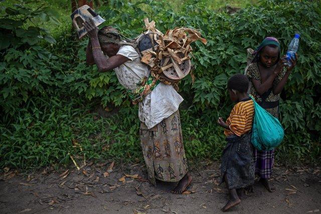 Mujer con sus hijos en RDC