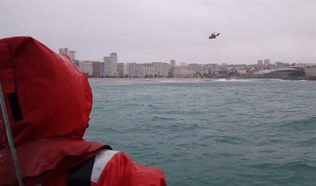 Buscan a una joven a la que arrastró el mar en A Coruña