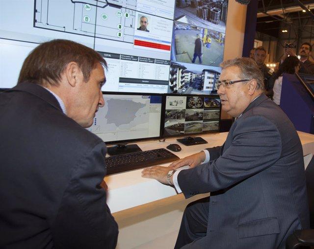 El ministro del Interior, Juan Ignacio Zoido, siguiendo los ciberataques