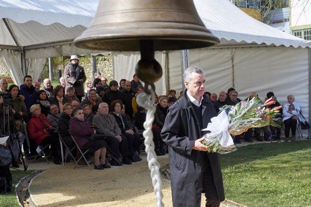 El lehendakari, Iñigo Urkullu, realiza la ofrenda floral