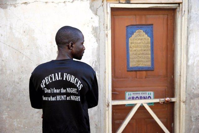 Un miembro de una patrulla vecinal contra Boko Haram