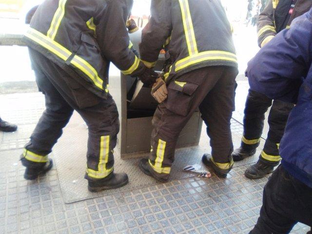 Bomberos rescatan a un hombre contenedor soterrado