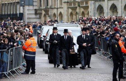 Miles de personas se despiden en Cambridge de los restos mortales de  Stephen Hawking