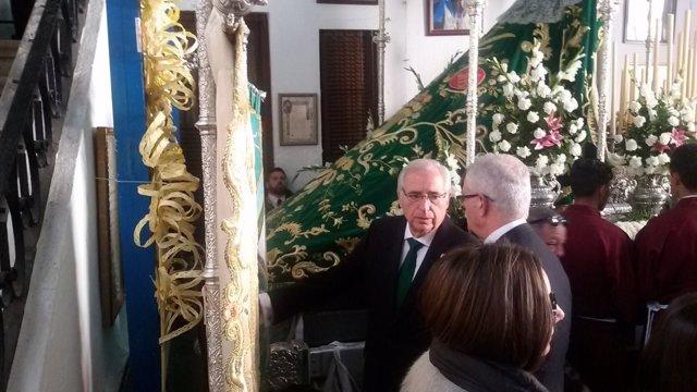 El presidente de Melilla asiste a una procesión de Semana Santa