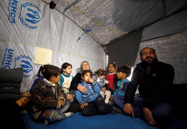 Amira Gharmoush con sus nietos en un campamento de ACNUR