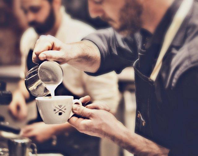 Un barista preparando un café